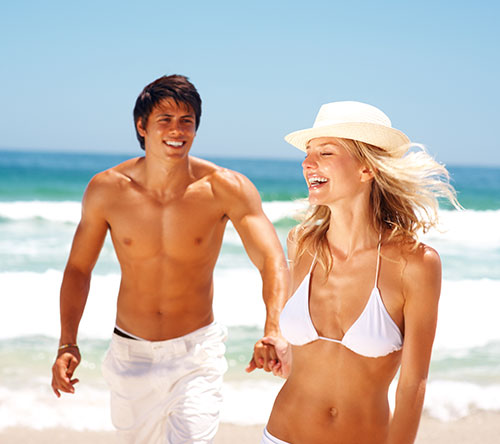 pareja-tomando-sol-en-la-playa